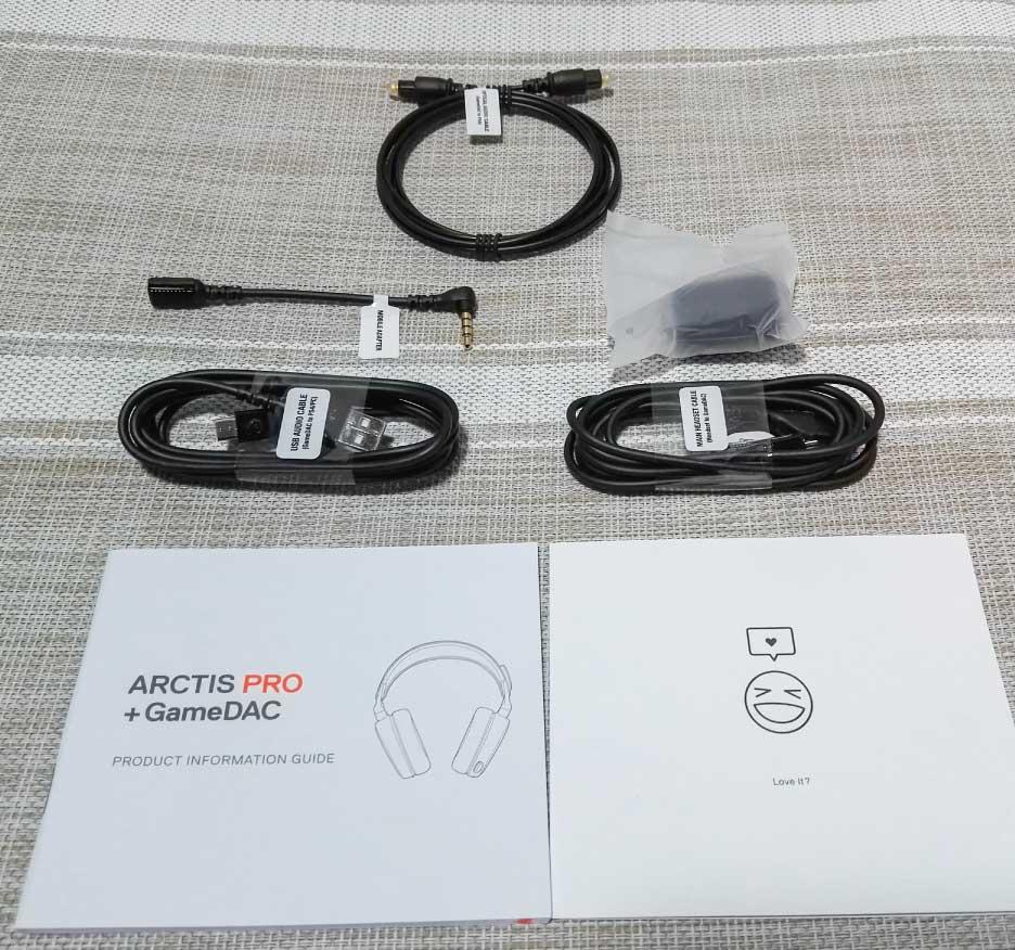 上:光デジタルケーブル、左上:モバイルアダプター、右上:マイク風防、左下:USBケーブル、右下:メインヘッドセットケーブル、左書式:ガイド、右書式:HELPなど